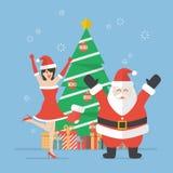 Donna di Santa e del Babbo Natale con l'albero di Natale Immagine Stock