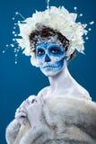 Donna di Santa Muerte a fondo blu Fotografie Stock