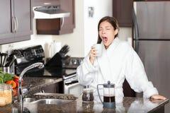 Donna di sbadiglio del caffè in mattina Immagini Stock Libere da Diritti
