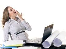Donna di sbadiglio di affari con il computer portatile Immagine Stock