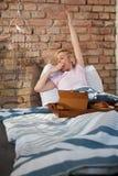 Donna di sbadiglio di mattina Immagini Stock Libere da Diritti