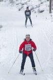 Donna di sci di fondo seguita da un uomo Fotografia Stock Libera da Diritti