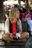 Donna di seduta Immagini Stock Libere da Diritti