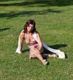 donna di seduta dell'erba Immagini Stock Libere da Diritti