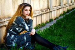 donna di seduta triste pensive sola di solitudine Fotografia Stock Libera da Diritti