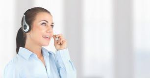 Donna di servizio di assistenza al cliente con fondo luminoso nella call center immagine stock libera da diritti