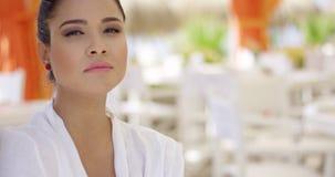 Donna di sguardo afosa al ristorante all'aperto vuoto stock footage