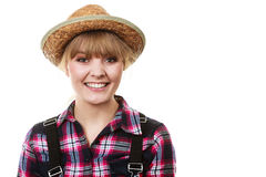 Donna di sguardo felice del giardiniere in cappello del sole immagine stock