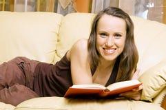 Donna di smiley con il libro Immagine Stock Libera da Diritti