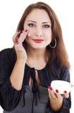 Donna di Smilling con la crema di fronte Fotografia Stock