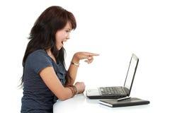 Donna di Smilling sul computer portatile Immagine Stock Libera da Diritti
