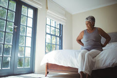 donna di sofferenza maggiore di dolore domestico posteriore fotografia stock libera da diritti