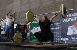 Donna di sollevamento pesi Fotografia Stock