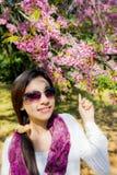 Donna di sorriso con il fiore rosa della ciliegia Immagini Stock Libere da Diritti