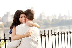 donna di sorriso dell'abbraccio Fotografia Stock Libera da Diritti