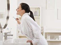 donna di spazzolatura dei denti Immagini Stock