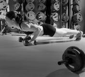 donna di Spinta-UPS con forma fisica di allenamento delle teste di legno Immagini Stock