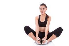 Donna di sport che allunga esercizio fotografia stock