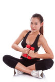 Donna di sport che fa esercizio con i pesi di sollevamento Fotografie Stock Libere da Diritti