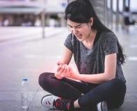 Donna di sport che ha una lesione sulla sua mano del polso fotografie stock