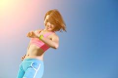 Donna di sport che indossa orologio astuto Fotografia Stock