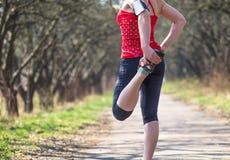 Donna di sport che pareggia fuori nella mattina Fotografia Stock