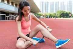 Donna di sport che utilizza il bastone del rullo nello stadio Fotografie Stock