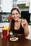 Donna di sport e supplementi nutrizionali. Fotografia Stock Libera da Diritti