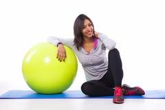 Donna di Sportty con una palla di forma fisica Fotografia Stock