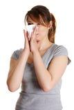 Donna di starnuto che ha freddo o allergia. Immagini Stock Libere da Diritti