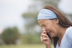Donna di starnuto con influenza, la febbre da fieno o all'aperto freddo Immagine Stock