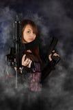 Donna di stile libero che propone con le pistole Immagine Stock Libera da Diritti