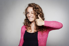 Donna di successo che mostra a mano segno giusto Fotografia Stock Libera da Diritti