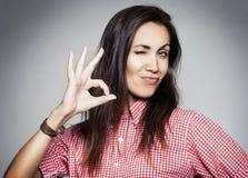 Donna di successo che mostra a mano segno giusto Immagini Stock Libere da Diritti