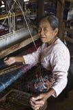 Donna di telaio a mano del Myanmar Fotografie Stock Libere da Diritti