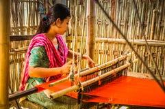 Donna di tessitura nel Bangladesh Immagini Stock