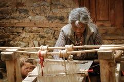 Donna di tessitura nel Nepal Immagine Stock