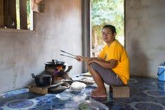 Donna di Thai dell'agricoltore che cucina a casa Fotografie Stock Libere da Diritti