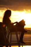 Donna di tramonto all'aeroporto Immagini Stock