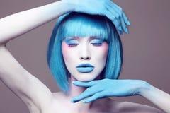 Donna di trucco di bellezza con capelli blu fotografia stock