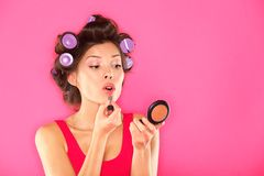 Donna di trucco che mette rossetto Fotografie Stock Libere da Diritti