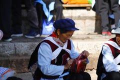 Donna di una minoranza etnica nel Yunnan in suo costume tradizionale ad un mercato del villaggio vicino a Lijiang, il Yunnan, Cin immagini stock libere da diritti