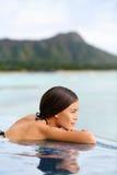 Donna di vacanza che si rilassa alla località di soggiorno dell'hotel della stazione termale dello stagno Immagini Stock Libere da Diritti