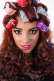 Donna di vacanza invernale con i regali in suoi capelli Immagine Stock