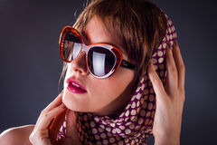 Donna di vecchio stile nei sunglass Immagini Stock Libere da Diritti