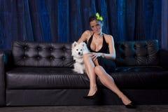 Donna di vedova in cane in bianco e nero sullo strato Fotografie Stock Libere da Diritti