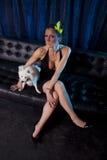 Donna di vedova sexy in vestito nero ed in cane bianco Fotografie Stock Libere da Diritti