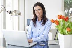 Donna di vendite con il computer portatile Fotografie Stock