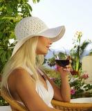 donna di vetro del vino fotografia stock libera da diritti