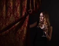 donna di vetro del vino rosso Fotografia Stock